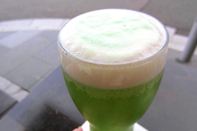ソブレン - こんもりとした泡、綺麗なグリーン。
