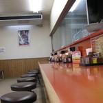 山岡家 - カウンター席が店舗左側に