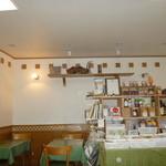 Naturale Rico - 店内に色々な自然食品が見えます。