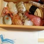 寿司 割烹 浪花 - 持ち帰りのお寿司。中くらいのやつ。
