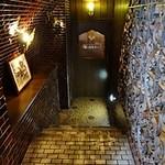 16537973 - 入口の壁やアーチになった天井にも当時の技術が示されている感じです