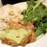 コンシールカフェ ミヤマスザカ - 鶏もも肉のソテーバジルマヨ