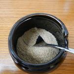 三竹寿 - 卓上の魚粉。