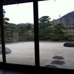 五十鈴茶屋 本店 - 店内から見る裏庭の枯山水