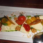 六本木農園 - 黄金モッツァレラチーズとセミドライトマトのカプレーゼ ¥1,350