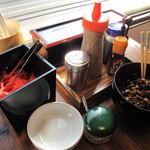 未羅来留亭 - 卓上には、紅しょうが・辛子高菜・粒ゴマ・コショウ・にんにくが揃っております。
