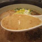 俺流豚骨 - ミルキーでマイルドな味わいの豚骨スープ。  「こってり」という口当たりではありませんね。  マー油が後押ししているといった感じ。