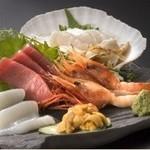 凪 - 【築地の鮮魚を毎日仕入れ】新鮮さが売りものの刺身などは、なるべく手を加えず、新鮮なままお出しします。