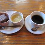 16566078 - コーヒーとデザートです