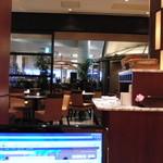 イルピノーロ カフェ - さっそく居心地の良い場所をキープ (羽田空港フリーwifiが利用できます)