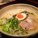 16567282 - 鶏骨ラーメン(\700)竹炭麺