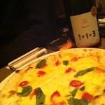 16574292 - ボトルワインにマルゲリータビアンカ