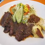 チリチリ - カットステーキ定食② 添えられたパスタの上にはチリソースが。