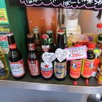 チリチリ - 注文カウンター横にもビールや調味料が並べてありました。