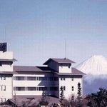 ホテル神の湯温泉 - 外観写真:遠く富士を仰ぐ、甲府・双葉の高台に神の湯温泉はあります。夕日をバックにした富士山は感動的です。