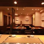 Daiyame - テーブル席15席、カウンター6席、貸切宴会は16名様より受け付けております。