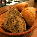 アヒルストア - パン:黒胡麻のカンパーニュ、柚子クリームチーズのパン