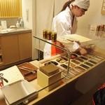 八幡屋礒五郎 - お店で七味の調合をやっています