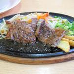 HIRO - 鉄板ステーキ。おろし醤油系のソースがたっぷりかかっており、食欲そそるビジュアルで登場。