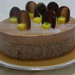 16595358 - イリウス(7000円)この夏、訪れたブラジルの大地、イリウスにインスパイアされたチョコレートケーキ。パイナップル、ココナッツ、ライムなどのカクテルを思わせるムースが鮮烈な印象を与えています。