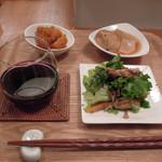 木月キッチン - おばんざいセット800円、飲み物は赤ワインを選択