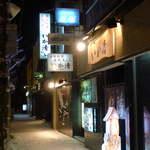 活魚料理 いか清 - 市電駅の目の前にある「いか清」。函館らしい、雪の降る夜です