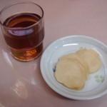 16605288 - 最初に麦茶とたくあんが出てきました