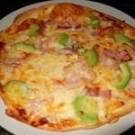 自由が丘 うる虎 - アボカドとベーコンのとろーりチーズピザ