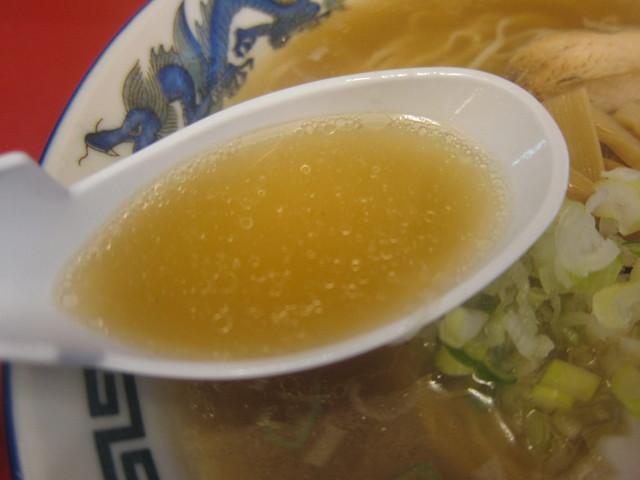 中華そば 来味 東堀店 - 来味東堀店の中華そばのスープ。少し色が濃いです