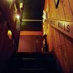 MILLS - 2Fへの階段。手摺はMILLS