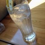 季節料理 わかめ - 炭酸水が無料で提供される