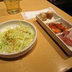 吾照里 - 3品の小皿(キムチ、厚揚げ、ザーサイとダイコン)、サラダ付き
