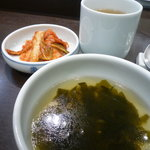 1662227 - とうもろこし茶とキムチとワカメスープがついています。
