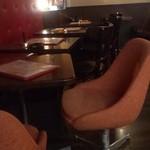 16621612 - ミッドセンチュリーな椅子とテーブルたち