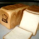 ルヴァン・ド・ママン - ルヴァン種を使用した天然酵母の食パン。生地に粘りがあり石窯で焼いた耳は香ばしくてサクサク!