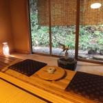 平山温泉 やまと旅館 - 広い2間続きに部屋の中には土間がついています。