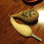 平山温泉 やまと旅館 - 鍵は彫刻家上妻利弘の作品、テーブルは桜に漆塗りのオーダー家具です。
