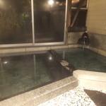 平山温泉 やまと旅館 - これは本館の内湯、窓ガラスを開けると小さな檜露天があります。