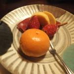 平山温泉 やまと旅館 - デザートの果物、みかんと柿と苺でした。