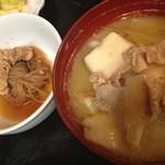 郷 - 定食の豚汁とシラタキと魚卵の煮物(かれいの卵かな?)