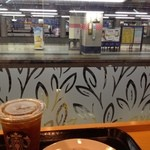 スターバックス・コーヒー - 駅ホームに面したスタバ