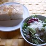 16641417 - 自家製フォカッチャ&サラダ