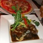 トムズキッチン - 牛肉の赤ワイン煮(手前)