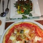トムズキッチン - サラダとピザ