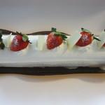 16658738 - 苺のロールケーキ