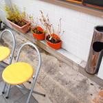 カリーザキッチン - 玄関付近には待合椅子、灰皿が完備