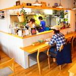 カリーザキッチン - 店内はカウンター席とテーブル席があります