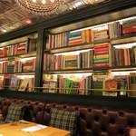ビストロカフェ レディース&ジェントルメン - 料理本を中心の洋書が一杯