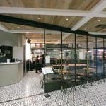 ビストロカフェ レディース&ジェントルメン - ガラス張りですっきりとしてますね