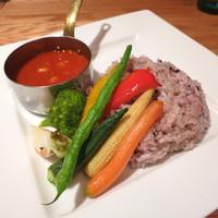 ビストロカフェ レディース&ジェントルメン-トマトとオニオンのスパイシーカレー 旬の素揚げ野菜を添えて
